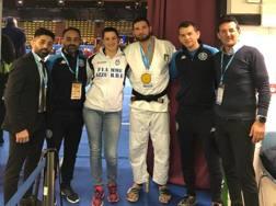 Domenico Di Guida (al centro) con staff Italia e Fiamme Azzurre