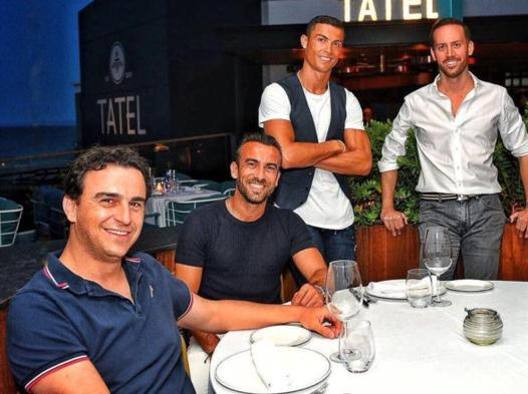 Cristiano Ronaldo, oggi 34enne, con alcuni amici a Madrid davanti al ristorante Tatel di cui è socio