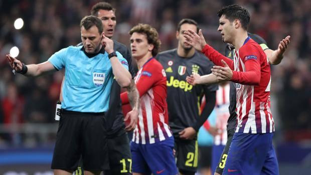 Le proteste per il gol annullato a Morata. Getty