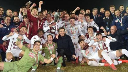 L'esultanza dei calciatori del Torino con la coppa, insieme al presidente Cairo