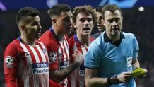 Le proteste dell'Atletico Madrid con l'arbitro Zwayer. AP
