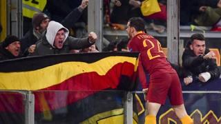 Alessandro Florenzi festeggia con i tifosi un gol della Roma (LAPRESSE)