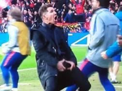 Il gestaccio di dubbio gusto di Diego Simeone dopo il gol dell'1-0 del suo Atletico contro la Juve