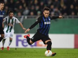Lautaro Martinez, 21 anni, trasforma il rigore dell'1-0 nell'andata tra Rapid Vienna e Inter. Getty