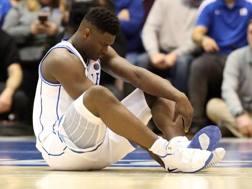 Zion Williamson, 18 anni, guarda incredulo la sua scarpa sinistra esplosa. Afp