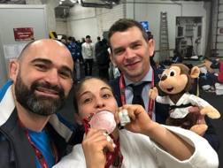 Da sinistra Roberto Meloni, Odette Giuffrida e Francesco Bruyere festeggiano la medaglia di bronzo appena conquistata a Dusseldorf