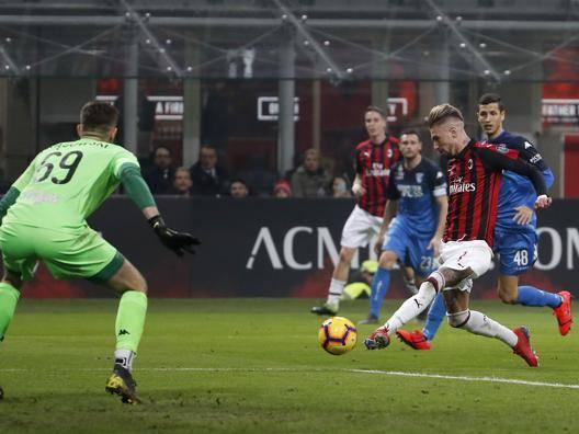 Samu Castillejo segna il 3-0 all'Empoli: alle sue spalle Andrea Conti. Ap