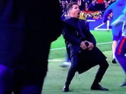 Il gesto di Simeone durante la sfida Champions con la Juve. Ansa
