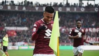 Armando Izzo, 26 anni, festeggia vicino alla bandierina il gol che ha sbloccato Torino-Atalanta. LaPresse