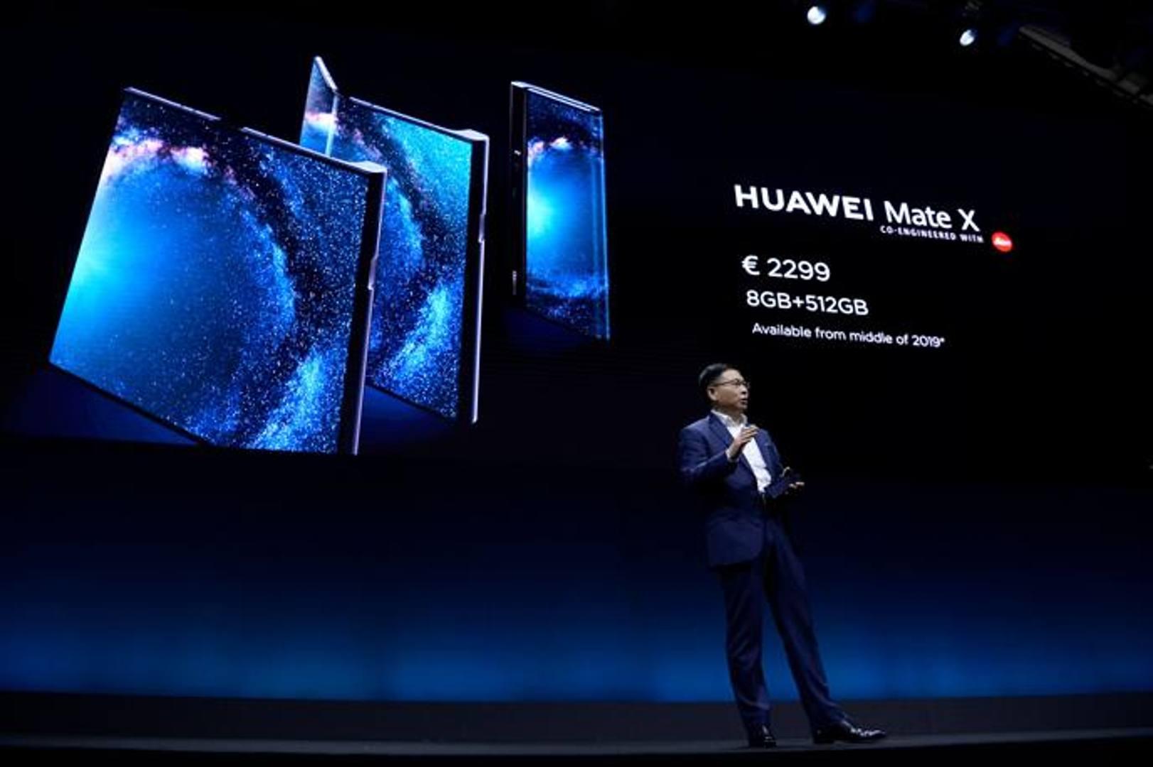 L'amministratore delegato di Huawei Richard Yu presenta al Mobile World Congress di Barcellona lo smartphone pieghevole Mate X. Afp