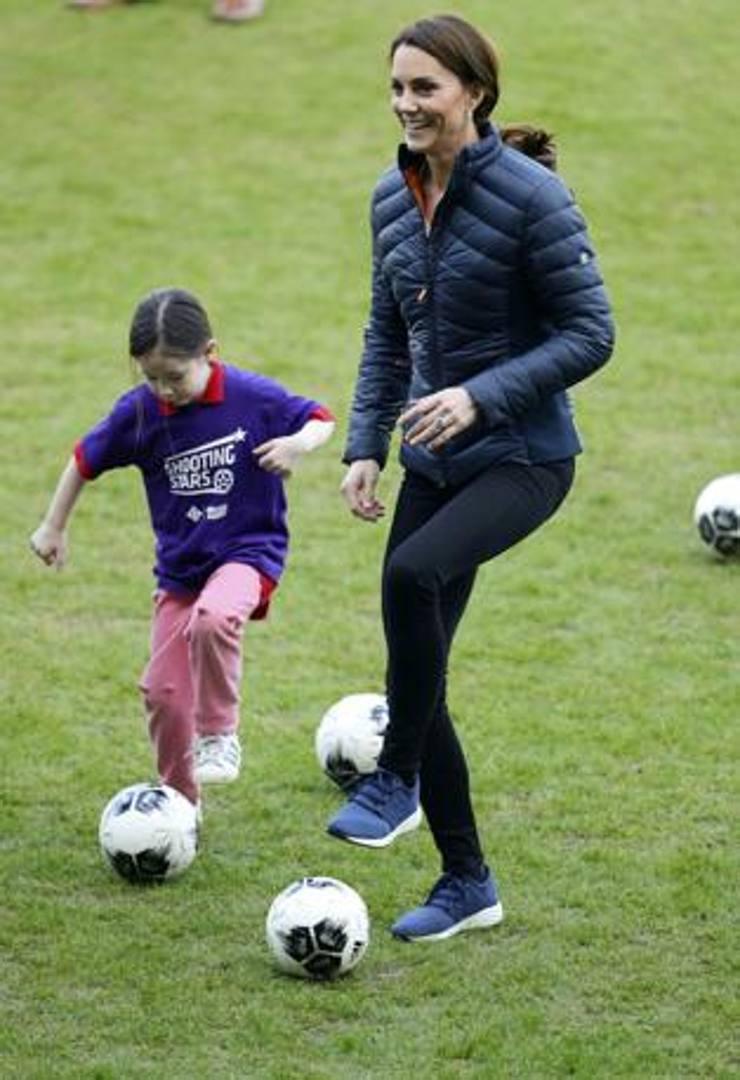 Nel corso di una visita a Belfast, in Irlanda del Nord, Kate Middleton, moglie del futuro re William, ha giocato a calcio con un gruppo di bambini, aspiranti giocatori, al National Stadium. Getty