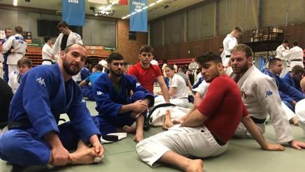 Azzurri a Nymburk, in attesa dell'inizio dell'allenamento: da sinistra, Nicholas Mungai, Matteo Medves, Manuel Lombardo, Fabio Basile, Luca Ardizio