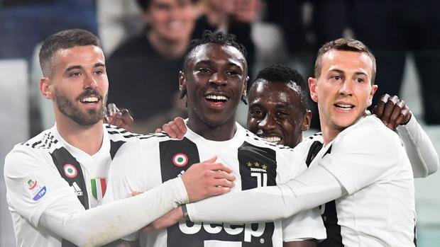 Spinazzola, Matuidi e Bernardeschi festeggiano Kean dopo il gol che ha sbloccato l'incontro. Afp