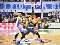 David Logan (Treviso) difende su Matteo Palermo (Montegranaro). Ciamillo