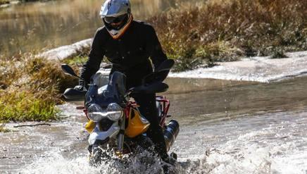 La Moto Guzzi V85 TT alle prese di un guado
