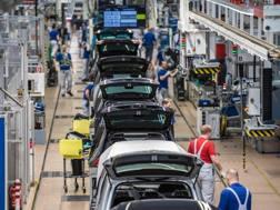 Una linea di produzione della Volkswagen a Wolfsburg. Afp