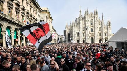 L'invasione dei tifosi tedeschi in Pizza del Duomo. Lapresse
