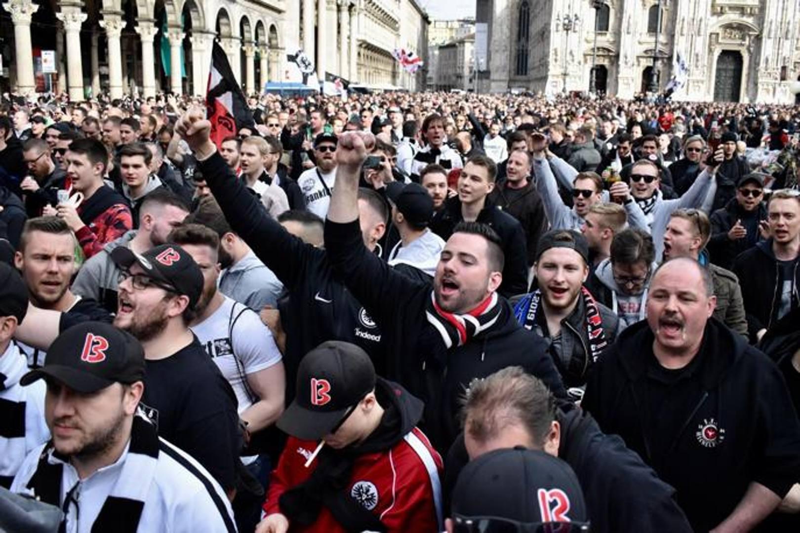 I tifosi tedeschi in piazza Duomo, a loro si e' unito anche il presidente dell'Eintracht Peter Fischer. Mianews
