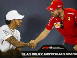 Stretta di mano fra Lewis Hamilton e Sebastian Vettel. Epa
