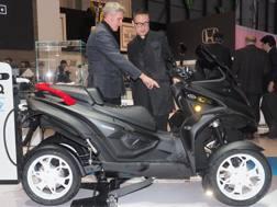 Paolo Gagliardo, a.d. della Quadro, e il designer Yong Bae Seok con l'eQooder Tod's No Code. Bozzani