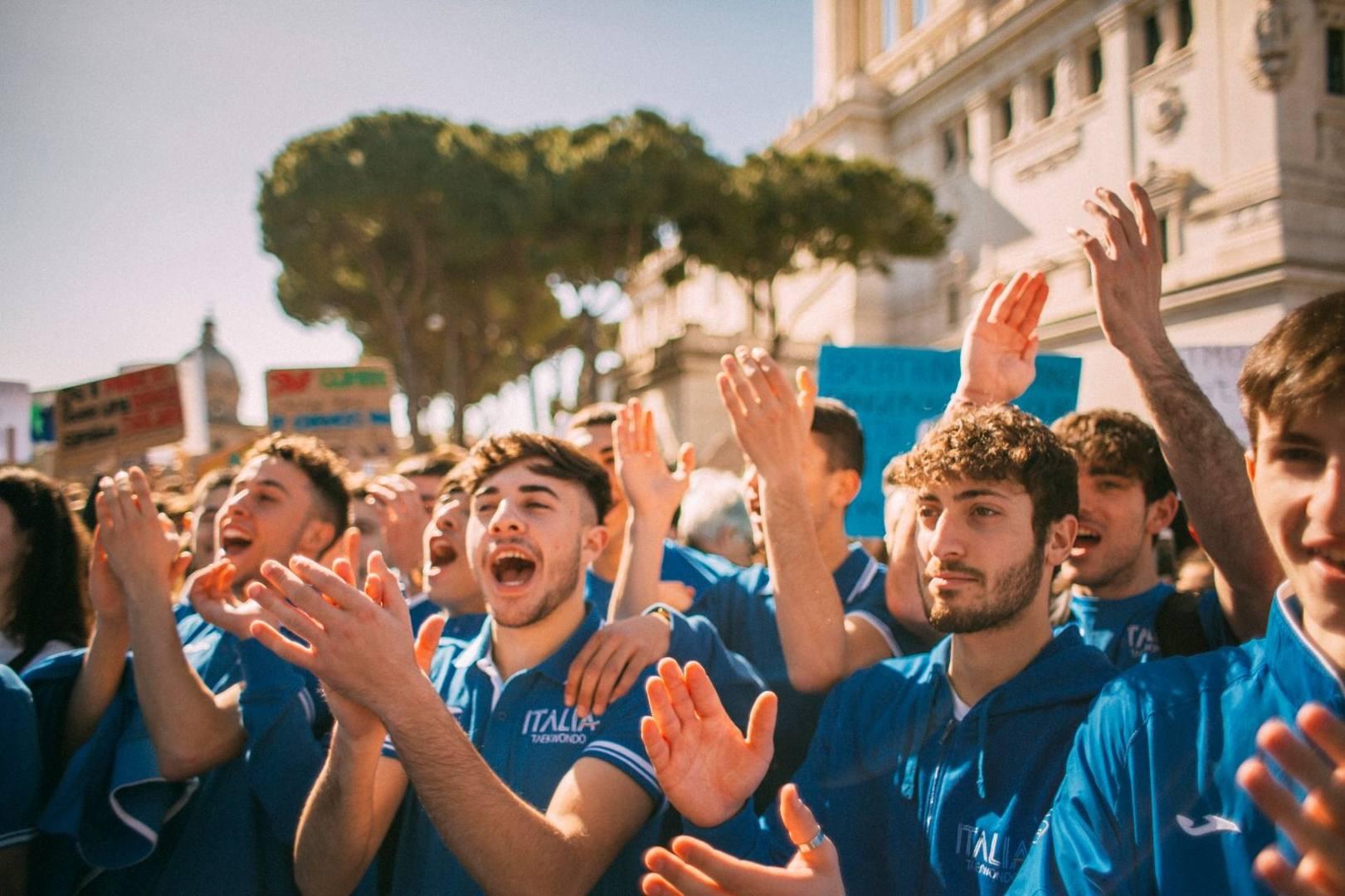 Angelo Cito, presidente della FITA, ha guidato un gruppo di atleti azzurri alla grande manifestazione di Roma a sostegno di Fridays for Future. Immagini ed emozioni di una mattinata speciale. Servizio fotografico di R. Zazzara
