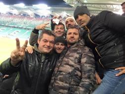 Gianluca Buonaura è il primo a sinistra del gruppo di tifosi napoletani