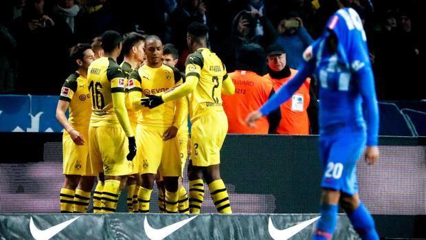 Il Borussia festeggia la vittoria. Epa