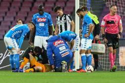 I giocatori del Napoli intorno a Ospina con i sanitari. Afp