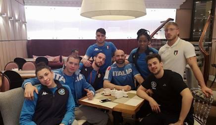 La squadra azzurra a Ekaterinburg. Da sinistra, Bellandi, Bruyere, Mungai, Basile, Meloni, Gwend, Esposito ed il fisioterapista Petrucci