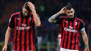 La delusione dei giocatori del Milan dopo la sconfitta. Lapresse