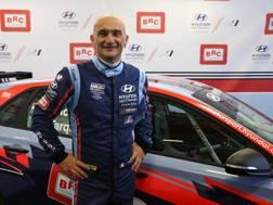 Gabriele Tarquini, 57 anni, davanti alla Hyundai i30 N