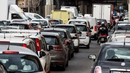 Traffico al quartiere San Lorenzo di Roma. Lapresse