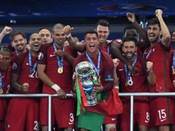 Il Portogallo di Cristiano Ronaldo (con la coppa) festeggia la vittoria in finale sulla Francia per 1-0 a Euro 2016