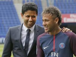 Il presidente del Psg Nasser Al-Khelaïfi con Neymar. Ap
