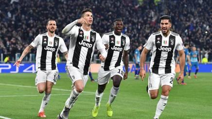 L'esultanza dei giocatori della Juve accanto a Cristiano dopo il suo secondo gol all'Atletico . Ansa