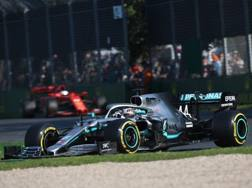 Lewis Hamilton davanti a Vettel nel GP d'Australia. Lapresse