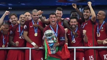 Cristiano Ronaldo e il resto della nazionale portoghese dopo la vittoria di Euro 2016. Afp
