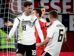 L'esultanza rabbiosa di Goretzka dopo il gol del pareggio della Germania sulla Serbia. Epa