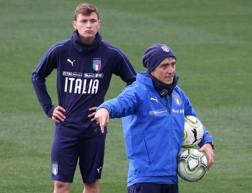 Barella ascolta le indicazioni del c.t. Mancini