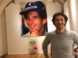 Bruno Senna, 35 anni, davanti a una foto della zio Ayrton alla Mostra di Asti