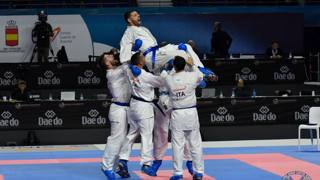 Nello Maestri viene portato in trionfo dalla squadra di kumite dopo la vittoria del bronzo mondiale a Madrid 2018