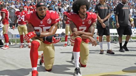 Reid (sinistra) e Kaepernick il 16 settembre 2016, giorno in cui iniziarono la protesta. AP