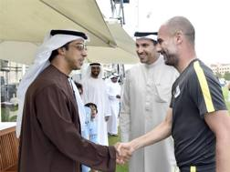 Lo sceicco Mansour bin Zayd Al Nahyan stringe la mano a Pep Guardiola