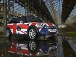Una Mini prodotta a Oxford in livrea Union Jack
