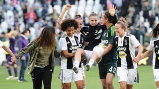 Cecilia Salvai portata sotto la curva dalle compagne di squadra. Getty