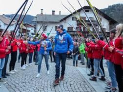 Dorothea Wierer e Dominik Windisch arrivano in carrozza con medaglie e Coppa a Rasun di Sotto (Anterselva). Solero