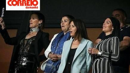Unltima a destra, Georgina Rodriguez in tribuna a Lisbona sfoggia un pancino molto sospetto. (Foto di Correio da Manhã)