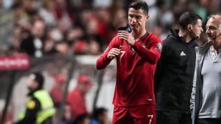 Cristiano Ronaldo si accascia durante la sfida contro la Serbia. Epa
