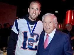 Harry Kane con la maglia di Tom Brady assieme a Robert Kraft, proprietario dei Patriots