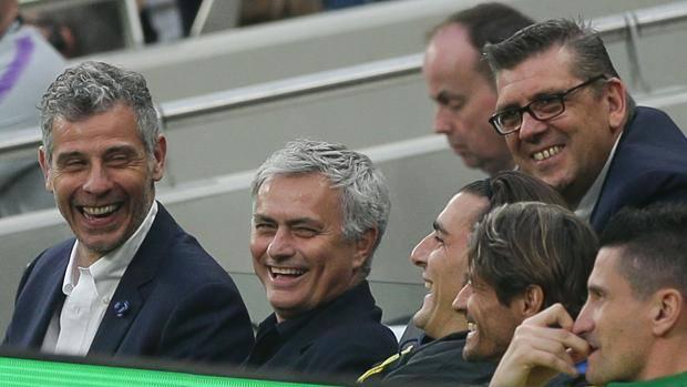 Francesco Toldo e José Mourinho sorridono in panchina. Afp
